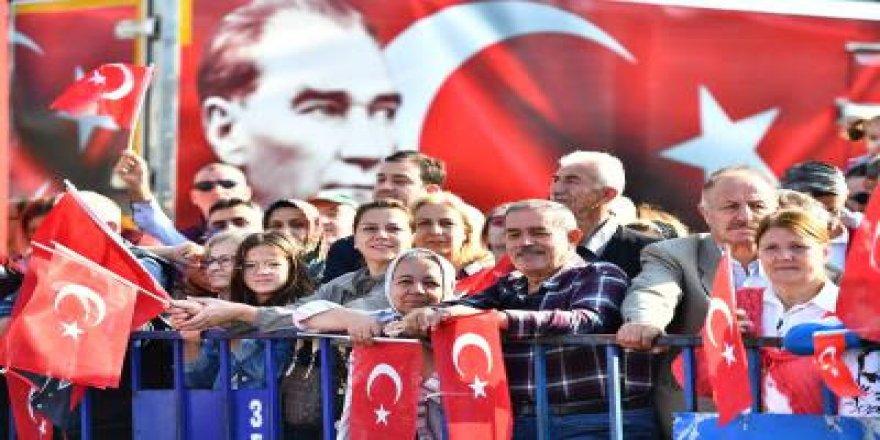 İZMİR'DE COŞKULU CUMHURİYET BAYRAMI KUTLAMASI