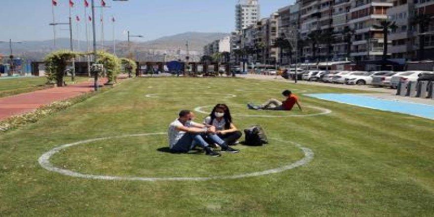 İZMİR'DE YEŞİL ALANDA ÇEMBERLİ SOSYAL MESAFE DÖNEMİ