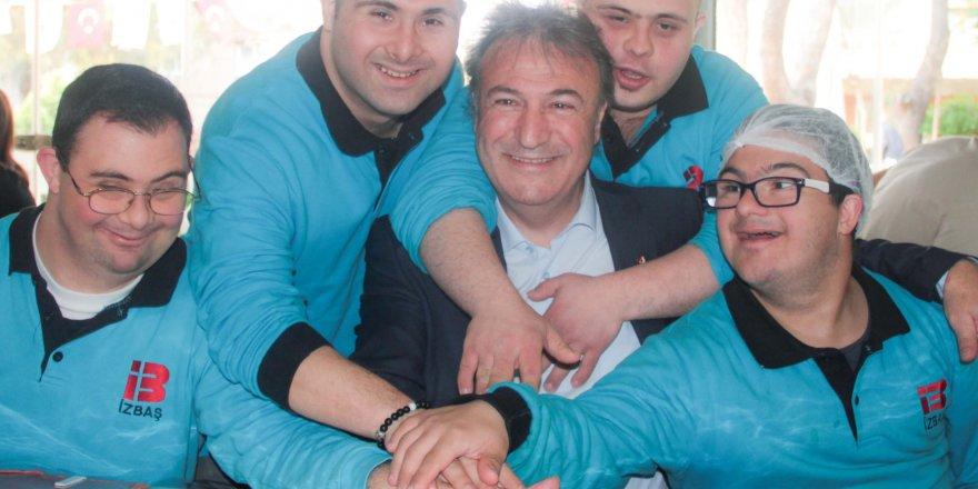 CHP BORNOVA ADAYI İDUĞ PASTAYI DOWN SENDROMLU ÇOCUKLARLA KESTİ