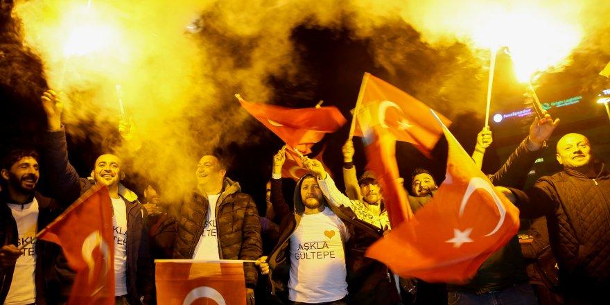 İZMİR'DE TUNÇ SOYER'E MEŞALELİ KUTLAMA