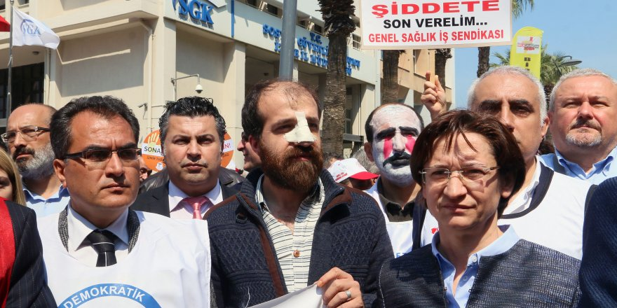 İZMİR'DE DOKTORLAR MEYDANA İNDİ..KIRIK BURUNLA KATILDI
