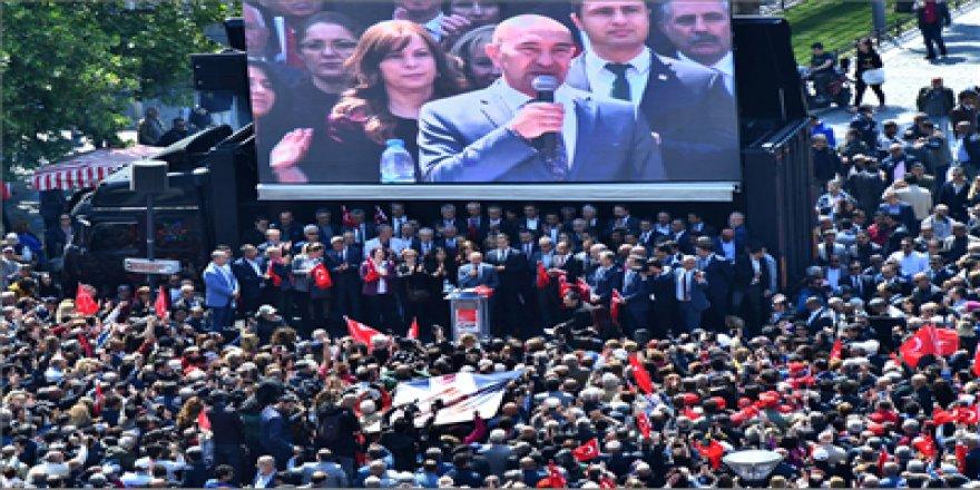 KILIÇDAROĞLU'NA YAPILAN SALDIRI KONAK MEYDANI'NDA PROTESTO EDİLDİ